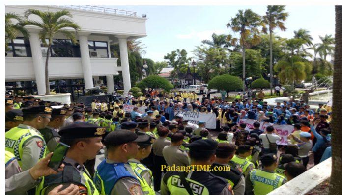 Mahasiswa Se- Sumatera Barat Demo Ke DPRD Sumatera Barat Senen (20/5)